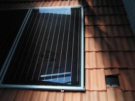 Panneau solaire thermique sur toiture relié à un chauffe-eau solaire individuel (CESI) pour les travaux pratiques des stages CETIAT